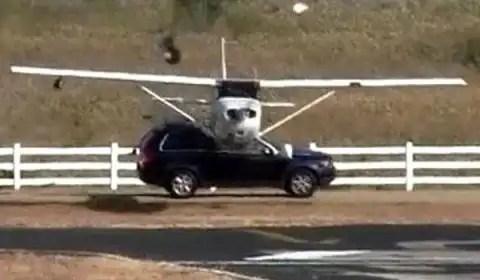 Video: Avioneta choca a un auto durante el aterrizaje