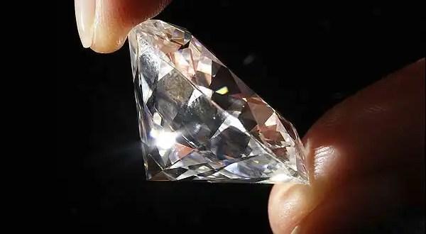 Detienen a traficante con 200 diamantes en su estómago