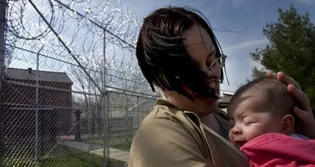 Cómo cuidar a niños que tienen a sus padres presos