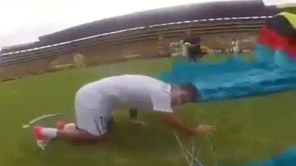 Video: Paracaidista cae sobre jugador de fútbol