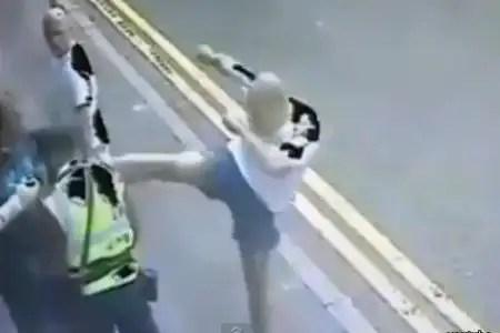 Video brutal: Hombre agrede a oficial de tránsito
