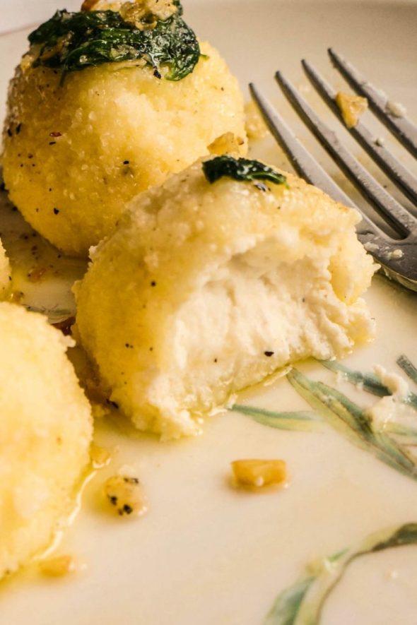 Rikotini cmočki s česnovo-masleno omako in špinačo