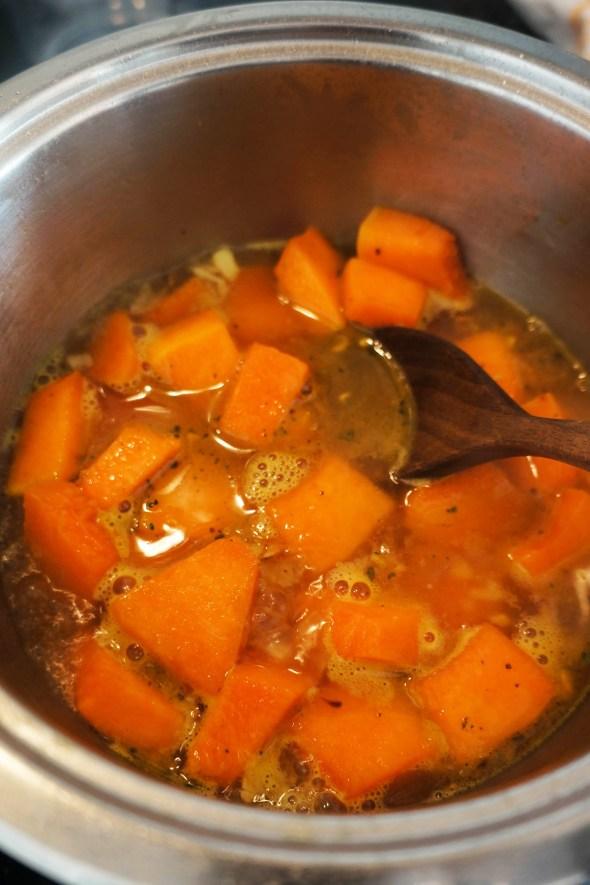 Rezanci v bučni omaki z ohrovtom in ocvrtim žajbljem