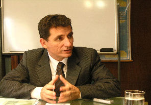 Expone Yedlin sobre recursos humanos sanitarios en Brasil