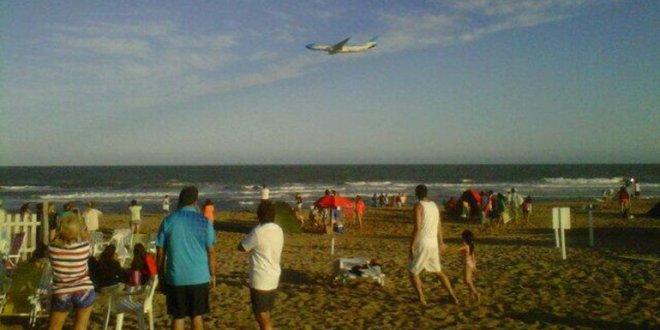 Video: Avion de Aerolineas Argentinas vuela rasante por toda la costa Atlántica.