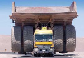 Cómo se ve un camión minero junto a otro común