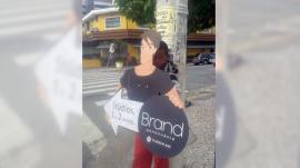 """La foto del """"niño cartel"""" que enfurece a las redes sociales"""