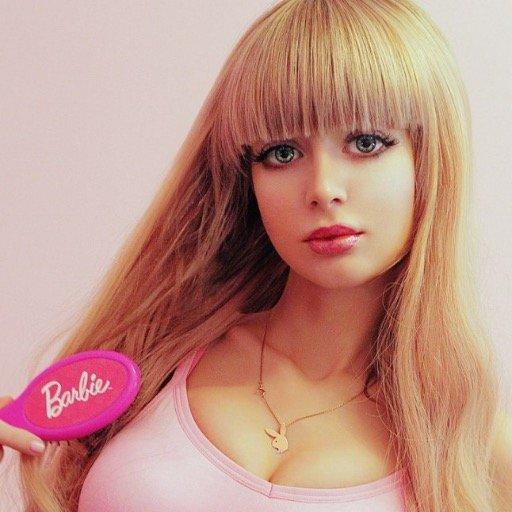 Obligan a su hija a parecerse a Barbie