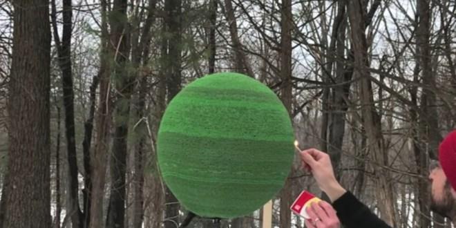 Video: Tardó un año en armar una bola gigante con 42 mil fósforos y la prendió fuego