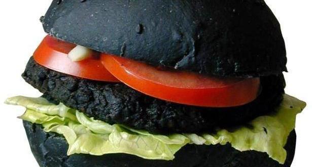 """¿Qué es la """"comida negra"""" y por qué es peligroso consumirla?"""