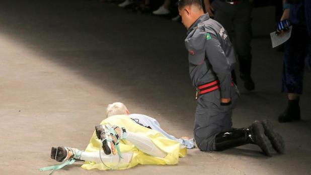 El momento en el que un modelo muere tras desmayarse en una pasarela