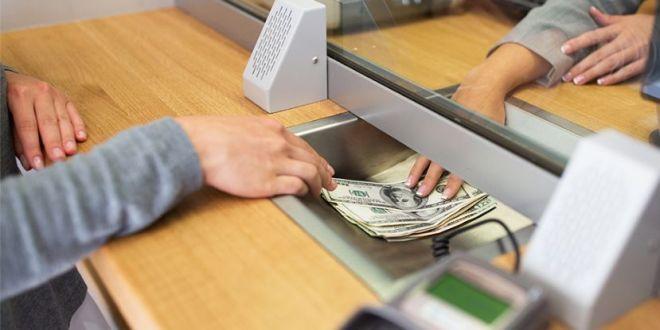 Se redujo la salida de dólares de los bancos y se mantienen depósitos en pesos