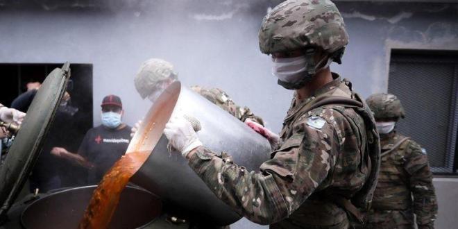 Ejército argentino entrega viandas y bolsones de comida en La Matanza