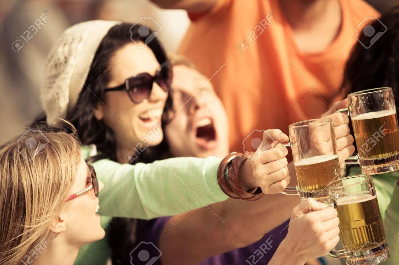 19968166-mujer-joven-atractiva-que-bebe-una-cerveza-en-un-hermoso-día-soleado-con-amigos