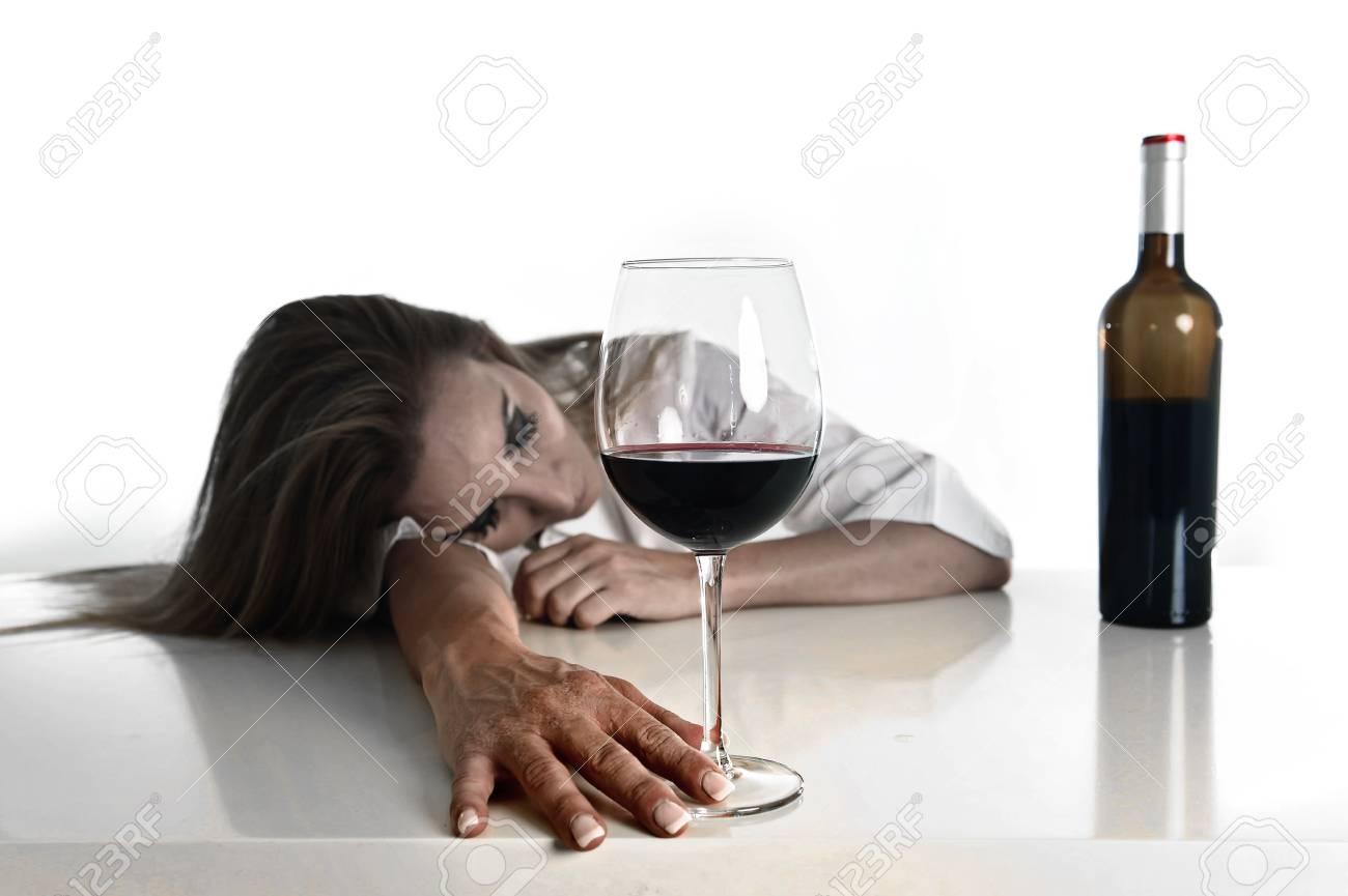 58155291-caucásico-rubio-desperdicia-y-mujer-alcohólica-deprimida-beber-la-copa-de-vino-rojo-en-busca-desesperada-