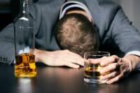 52135138-adicción-al-alcohol-hombre-de-negocios-borracho-con-un-vaso-de-whisky