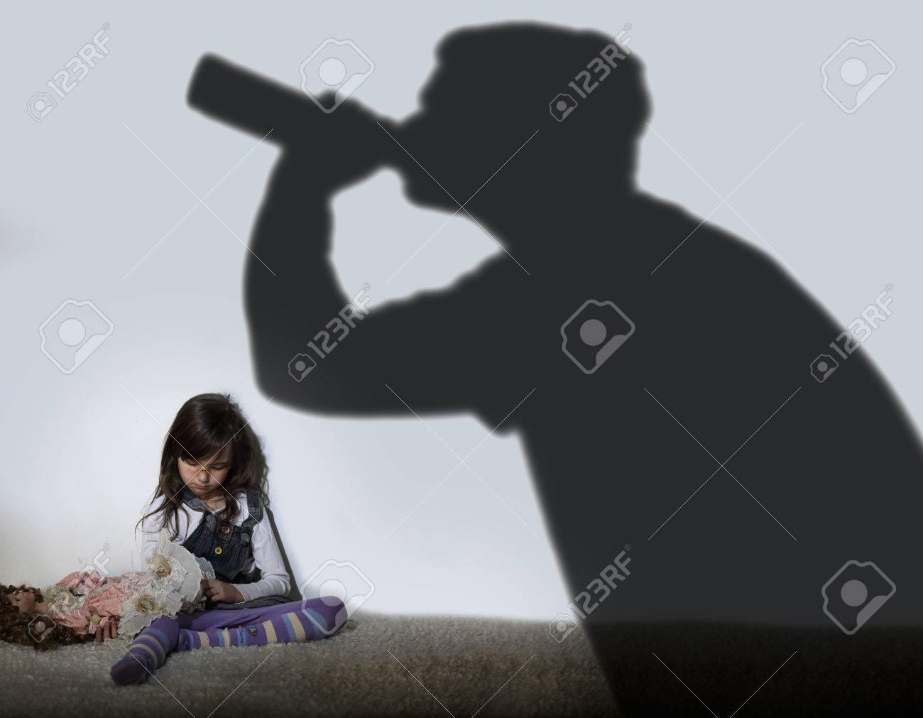82270342-padre-alcohólico-y-niño-triste
