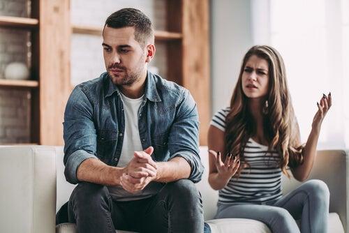 mujer-discutiendo-pareja