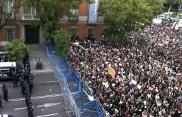 Gran número de personas en la Plaza de Neptuno tras partir desde la plaza de Cibeles, en dirección al Congreso de los Diputados, durante la marcha que la Coordinadora 25S y la Plataforma en Pie han convocado esta tarde en la capital en torno a la iniciativa 'Rodea el Congreso'.