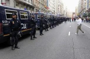 Numerosos furgones policiales están despleados a lo largo de la Gran Vía con motivo de la manifestación prevista contra el Gobierno y la clase política este 25S.