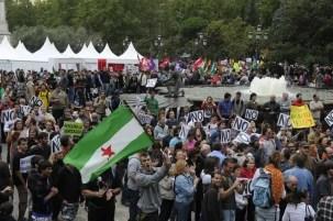 En Plaza de España, desde primera hora de la mañana estaban concetradas numerosos manifestantes, que han celebrado una asamblea antes de dirigirse al Congreso.