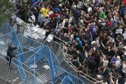 Los manifestantes se saltan el cordón policial ante el Congreso.