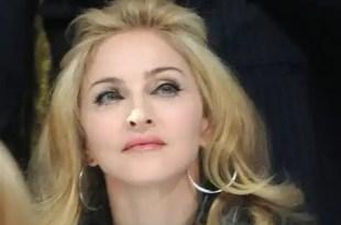 Madonna es empujada por fan y se cae en el escenario -Vídeo