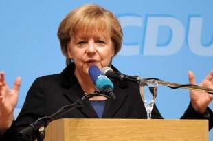 Angela Merkel se opone a que países con problemas financieros abandonen el euro