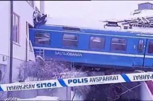 Insólito: Roba un tren y lo choca contra un edificio - Fotos