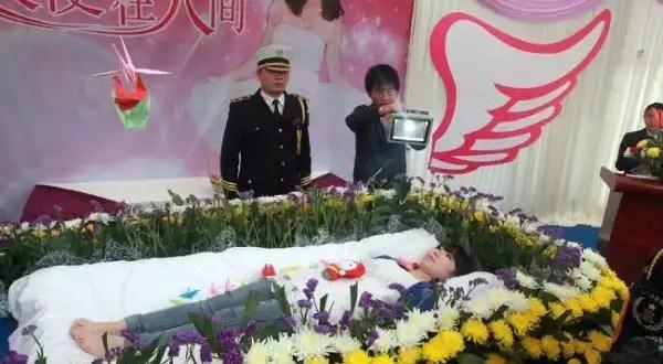 Insólito: Organiza su funeral para ver qué pensaba la gente de ella - Fotos