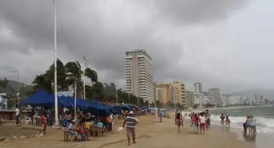 Huracán de categoría 3 amenaza a México