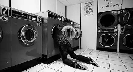 Insólito: Atascado desnudo en una lavadora mientras jugaba al escondite con su novia