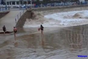 Joven es arrastrada por una ola en la playa del Sardinero - Vídeo