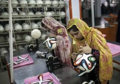 Mira cómo se fabrican los balones del Mundial de Brasil-5