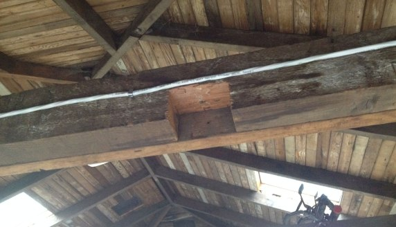 The temporary wood support for the notched beam
