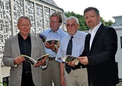 Das Foto zeigt (von links) den Festschriftautor Ulrich Hadem beim gemeinsamen Durchblättern der Festschrift mit Heinrich Afflerbach und Jürgen Althaus als Vertreter der Bürgerstiftung sowie Gemeindepastor Karsten Kinkelbur.