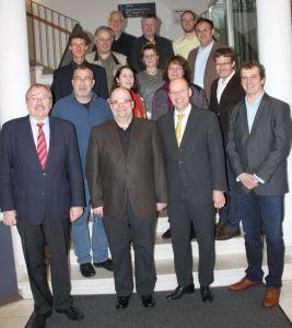 Die Teilnehmer der Archivartagung (in der ersten Reihe von links): Landrat Frank Beckehoff, Thomas Wolf, Sprecher des AKKA, Vorsitzender Thomas Lonnes und Olpes Kreisarchivar Jörg Endris Behrendt (Foto: Kreis Olpe).