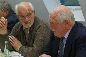 """Martin Stücher hier im Gespräch mit Gerhard Moisel beim 50-jährigen Jubiläum der Zeitschrift """"Freudenberg im Zeitgeschehen"""" am 21. Oktober 2011 im Kultourbackes Freudenberg."""