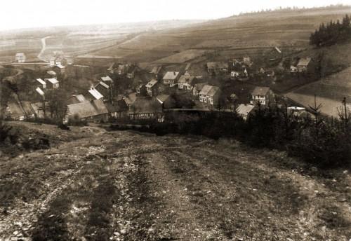"""Die wohl älteste Aufnahme zeigt Obersdorf gesehen von der Trift. Die Aufnahme entstand vor der Jahrhundertwende 1899/1900. Das Haus """"Müllerheinrich' wird gerade aufgeschlagen. Vorlage: Privatbesitz"""
