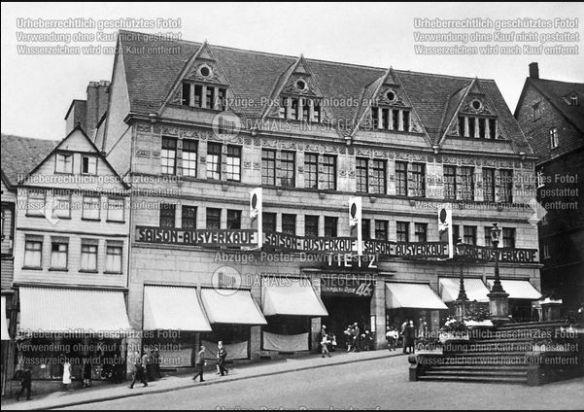 """""""Tietz 1932. 1928 wurde der damalige Neubau unter dem Namen Tietz eröffnet."""" [Heute u. a. Sitz des Siegener Stadtarchivs]"""