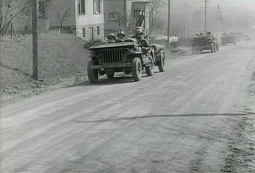 Die Fotos zeigen den Einmarsch der US-Truppen auf der oberen Krottorfer Straße in Freudenberg. Quelle: US-NARA