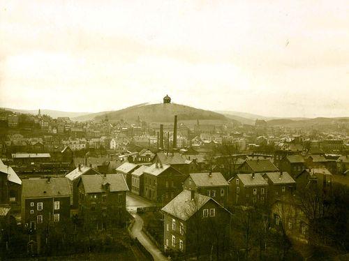 Die nachträglich eingezeichnete Kuppe der projektierten Heldengedenkstätte auf dem Häusling auf einer undatierten Aufnahme um 1917. (Stadtarchiv Siegen, Fotosammlung 3798)