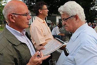 Ortsvorsteher Heinz Fischbach hieß auch Stadtarchivar Detlef Köppen (re.) willkommen, in dessen Jubiläumskataster dieses gewichtige Datum verzeichnet war und der einen entsprechenden Hinweis gegeben hatte.