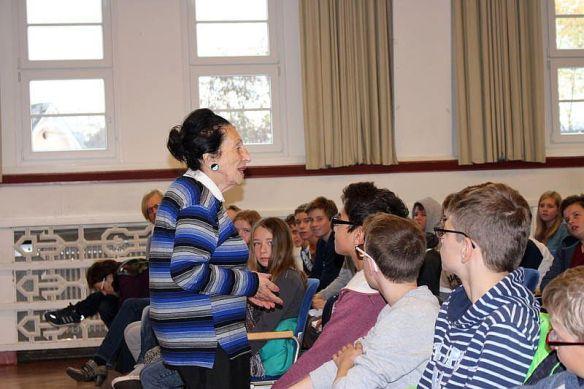 Ausdrucksstark und eloquent – die jüdische Zeitzeugin Alisa Tennenbaum berichtete den jugendlichen Zuhörern im Kulturhaus Lÿz aus ihrem Leben.