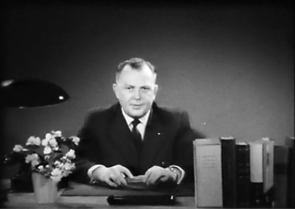 """Standfoto aus dem Film des SPD-Kreisverbandes """"Herr Fritz Heinrich bittet um ihre Aufmerksamkeit"""" aus dem Jahr 1957 (?); Kreisarchiv Siegen-Wittgenstein, 4.1.5./92"""