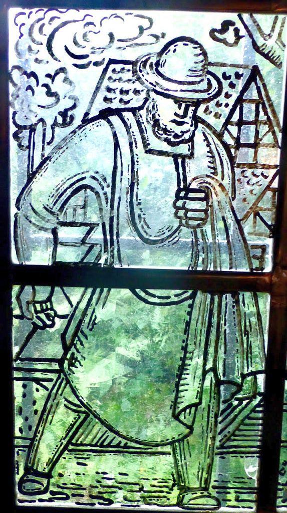 Szenen aus der Glasfenster-Gestaltung von Adolf Saenger im alten Freudenberger Rathaus sowie Abbild des Stadtdukaten. Der Ratssaal wurde 1948 für die kommunale Selbstverwaltung in dem Gebäude Krottorfer Str. 25 hergerichtet. (Foto: Bernd Brandemann)