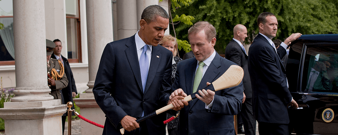 Taoiseach Enda Kenny giving President Obama a hurley (Source: White House/Wikimedia Commons)