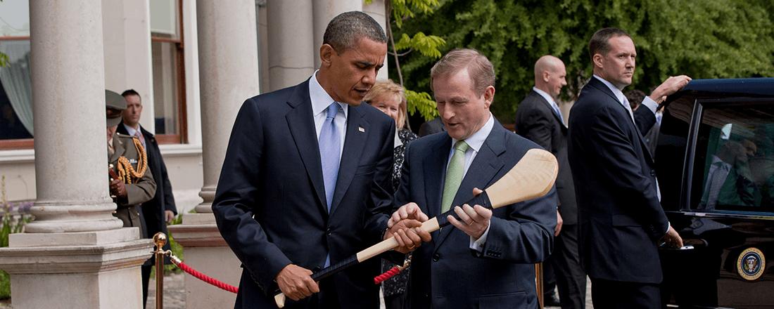 Taoiseach Enda Kenny giving President Obama a hurley (Source: White House/Wikimedia Commons)