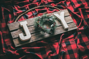 DIY Joy Christmas Sign | Pallet Sign Christmas | Wood Pallet Christmas Sign | Pallet Sign Ideas for Christmas | Pallet Board Christmas Sign | Rustic Christmas Sign | Rustic Christmas Pallet Signs | Rustic Wood Christmas Sign | Joy Sign Christmas Decor | How to Make a Joy Christmas Sign | Joy Christmas Wood Sign | Joy Christmas Sign DIY | Looking for some new decor to spruce up your home this holiday season? #palletprojects #christmascrafts #christmasdecor #sixcleversisters