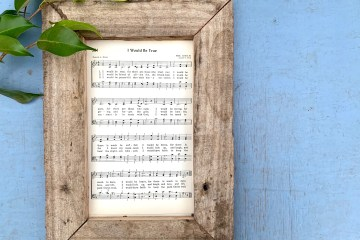 Pallet Project | DIY Home Decor | DIY Pallets | Wall Hanging | Hymn Art | Hymn Project | Hymn Craft | Easy DIY | DIy Pallet | Six Clever Sisters